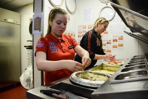 Silje Christine Espevik Skarveland (14) frå Husnes ungdomsskule fekk måndag prøva seg som pizzamakar ved Peppes Pizza, ein dag ho hadde ønskt seg gjennom MOT draumedag. Her blir ho rettleia av Sandra Haugland.