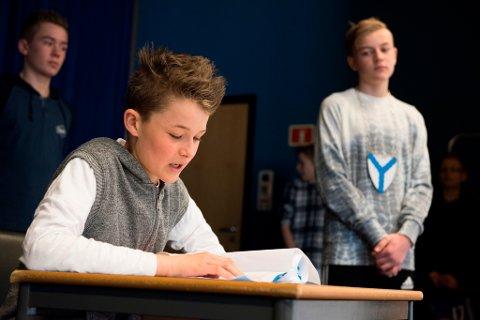 KIM FÅR JOBBEN? Ludvik Søllesvik på audition i håp om å bli kanalvert i ordføraren (Marcus Riise) sin nordkoransk-inspirerte TV-kanal. T.h. står William Svendsen.