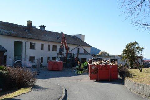 Sist veke begynte rivinga av dei gamle delane av Rosendalstunet.