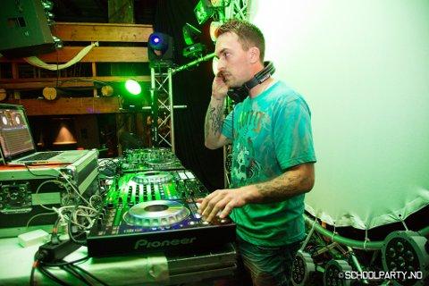 Ronny Bøe kallar seg «DJ Real Audio», og har hatt faste spelejobbar på Husnes dei seks siste åra. Fredag og laurdag lagar han til 80-talsfest på Bar 5460. (Foto: Privat).