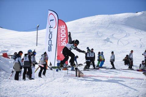 Frå railjam-konkurransen i Fjellhaugen i påsken i fjor. Her ser du Benjamin Teigen midt i ein salto. Han vann klassen for skiutøvarar over 15 år. (Arkivfoto).
