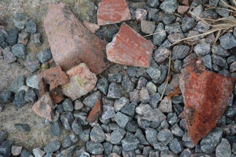 Etter synfaringa i Skoglyvegen vart det funne restar av asbesthaldig materiale. (Arkivfoto).