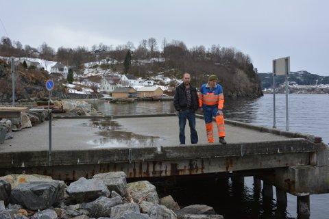 Steinar Rusten (t.v.) og Ove Atle Saghaug i Sandvoll Båtlag meiner denne kaien i båthamna anten må vølast eller rivast.
