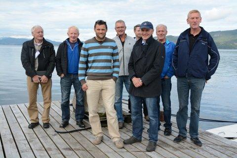 I fjor vart det kjend at det er planar om eit stort smoltanlegg på Ænes. Desse representantane frå Ænes Laksepark, Lingalaks og Eide Fjordbruk møttest då.