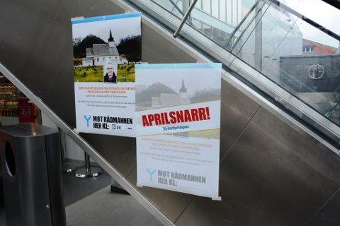 Vi hengde opp plakaten til venstre tidleg fredag, der det stod at rådmann Odd Ivar Øvregård ville møta folket på Husnes storsenter. Etter ei stund avslørte vi spøken med å henga opp plakaten til høgre.