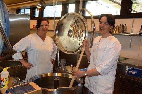 Personalet på Husnes-kjøkenet er klart til å koka fulle gryter, her representert med Line Seljeseth (t.v.) og Siv Veronica Fjelland.