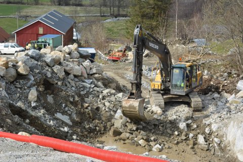 Arbeidet med det nye Tverrelva kraftverk er i full gang. Gjennomslaget i tunnelen vart gjort tidlegare i månaden, no har grunnarbeidet for kraftstasjonen starta på Haugland.