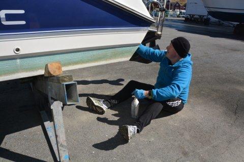 Jan Arthur Kalsaas var måndag å finna i båthamna på Sunde, der han bonar og førebur båten for den komande sesongen.