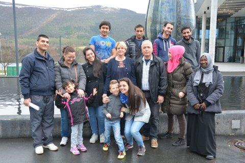 Denne gjengen er no midlertidige innbyggjarar i Kvinnherad til dei har fått svar på asylsøknaden sin. No er dei i gang med norskundervisning på vaksenopplæringa. Bak f.v. Abdul Naser Abdul Hadi, Mohammad Mukhlif Al Dawla, Anas Aldahi og Ali Issa Alkhalaf. I midten f.v.: Gema Essa Abokersha (med ektemannen og eine dottera som ville vera med på bildet), Fauziah Shanina, lærar Berit Tveit Sjo, Arif Al Masalmen, Reem Al Masalmen, og Swekin Hossan Abdalah. Fremst Dima Essa Abokersha med sonen sin som også ville vera med på bildet.
