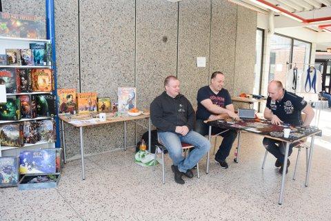 Kvinnherad brettspelklubb viste fram nokre av dei mange spela dei har. Her ser du Rune Hanssen, Tor Inge Oftedal og Jarle Haktorson.