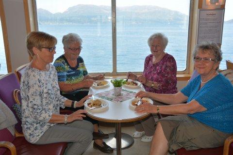 F.v. Haldis Ø. Sjo, Hildur Jensen, Kjellaug Eide og Ingrid Hillesdal tok middagen på ferja denne dagen, og skrytte av komla.