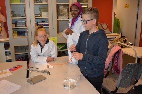 Emilie Kloster, Awo Hassan og Mats Seljestad Petterson var blant dei 32 sjuandeklassingane som deltok på eksperimentet med å framstilla hydrogengass.
