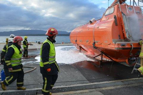 Branntropp Rosendal fekk i oppdrag å sløkkja ein båtbrann og søkja etter sakna personar om bord.