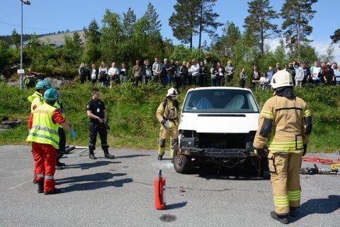 På trafikksikringsdagen fekk KVV-elevane sjå ein demonstrasjon av ei trafikkulukke der tre personar var involverte, og korleis dei ulike etatane samarbeidde.