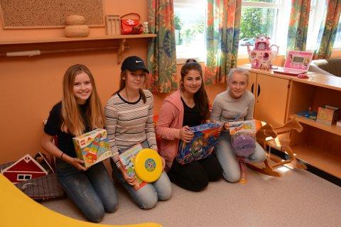 Her ser du nokre av elevane i valfaggruppa «Innsats for andre», som no har kjøpt nye spel og leiker til familiestova til Valen sjukehus. F.v. Emily Hartveit, Malin Teigen, Aila Kordo og Hanna S. Sollien.