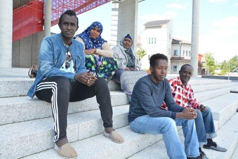 Muslimane Ayaanleahmed Abdi (frå venstre), Layla Hassan, Saiido Mohamud, Abdiaziz Hussein og Ahmed Abdi, alle frå Somalia, er godt i gang med Ramadan og fasta. Dei synest det går greitt å fasta i Norge, sjølv om det er utfordrande at dagane er såpass lange. (Foto: Elisabeth Berg Hass).