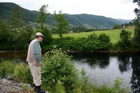 Per Bruvold veit kor han skal finna fisken i Uskedalselva. Her viser han Kvinnheringen kor det er best å fiska.