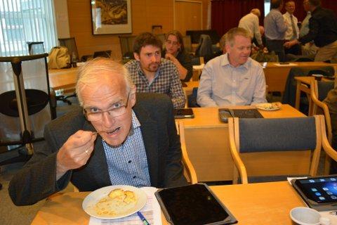 Gunnar Våge og resten av politikarane i kommunestyret lada opp til debatten om middagsproduksjon til instistusjonane med å forsyna seg av ein koldtbord som bogna av godsaker, levert av kantina på Husne-stunet.
