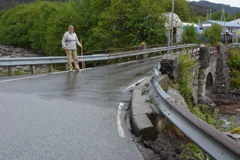 Ein stabbestein på venstre sida, omtrent der Svein Rusten står, har rast i elva og blitt erstatta med eit autovern som gjer livet utrygt for gåande, særleg born. Rusten måler høgda til å vera 60 cm.