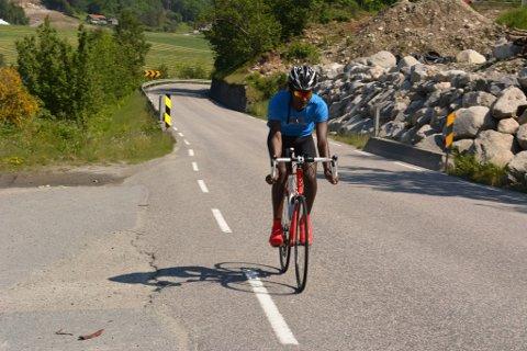 Semereab-Beyene Weldetatyos kom til Kvinnherad som flyktning  frå Eritrea i desember i fjor. Han har funne gode vener i sykkelmiljøet.