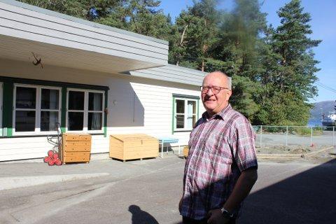 Rektor Edvard Jarle Tveit må finna ny plass til SFO og dei yngste elevane, bygget i bakgrunnen skal byggjast om til helsesenter.