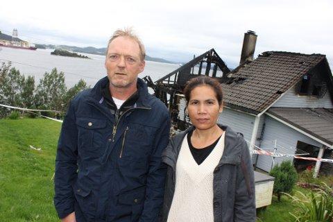 Asbjørn og Kanyaphak Ersland mista alt då huset deira vart totalskadd av brann sundag morgon.