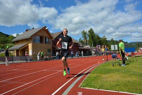 Sindre Omvik imponerer stadig med prestasjonane sine. Her frå eit løp på Strandebarm tidlegare i sommar. (Arkivfoto).