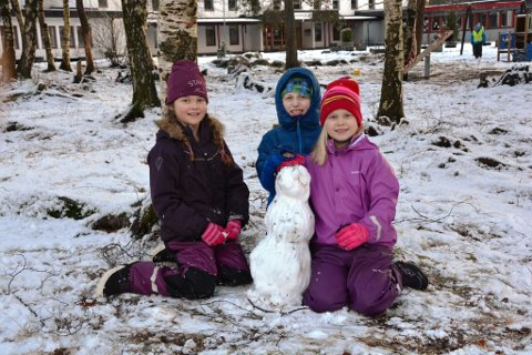 ENDELEG SNØ: Nora (8), Oliver (7) og Emma Karine (8) håpar snøen, og Kalle, held seg lenge før han smeltar. Å aka er noko av det kjekkaste med at det er snø, meiner Emma Karine.