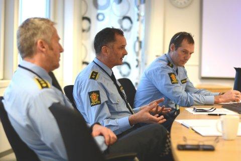 Det er snart 12 politibetjentar ved Kvinnherad lensmannskontor. Dei har mange oppgåver og stramt budsjett. F.v. lensmann Jan L. Fosse, politioverbetjent Sigurd Børve og fungerande politioverbetjent Torgeir Fosse.