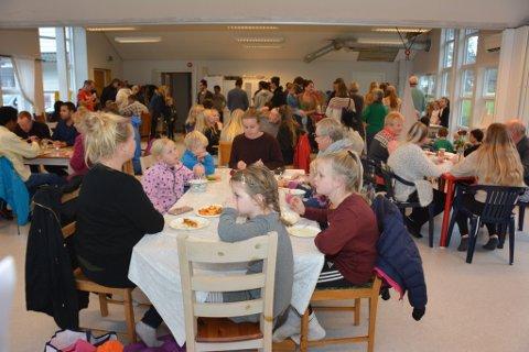 Den første utgåva av den internasjonale kulturkafeen vart ein stor suksess med 150 kafegjester. (Arkivfoto: Trude Aarsand).