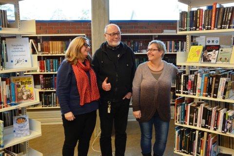 Biblioteksjef Trude Hege Bergesen, Per Myklebust og Hilde Gry Mæland Opheim er strålande nøgde med fjoråret for Kvinnherad Bibliotek.