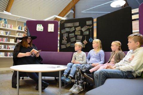 Barne- og ungdomsbibliotekar Susanne Fæhn las høgt frå ei av Harry Potter-bøkene. Her sit f.v. Andreas Fatland, Ingri Fatland, Sofie Eikeland Teigen og Fredrik Saghaug Eikeland og lyttar.