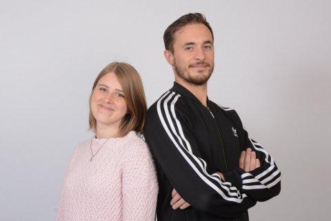 Desse to ungdomane har nettopp tatt fast plass i avishuset, Ingvild Revne i marknadsavdelinga og Håvard Røyrvik i redaksjonen. (Foto: Mona Grønningen).
