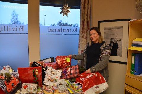 JULEMODUS: Veronica T. Thorsen i frivilligsentralen er midt i årets julegåveaksjon.