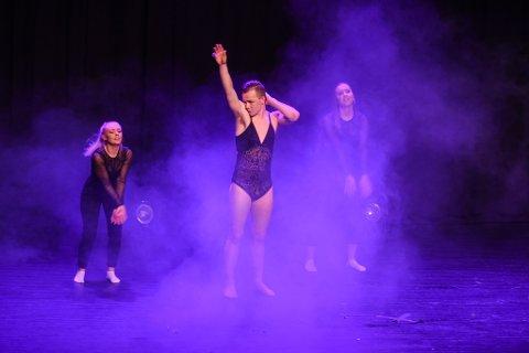 F.v. Vilde Teigen, Erlend Fredheim og Emma Charlotte Bjelland Saghaug stod for ei flott danseinnslag med ein frekk vri.