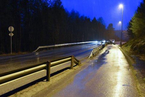 Det var her ulukka skjedde i natt, mellom KVV og Røsslandslia. Bilen trefte autovernet. Bildet er frå undersøkingane på staden onsdag morgon. Foto: Jonn Karl Sætre.