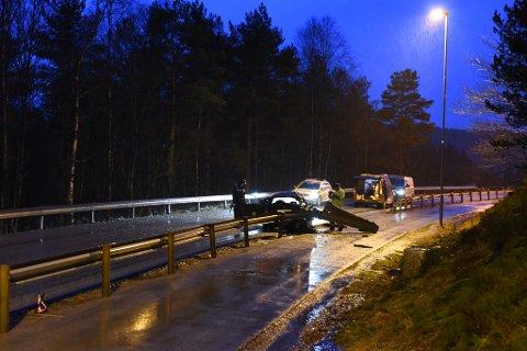 Politiet får hjelp av krimteknikarar frå Vest politidistrikt og ulukkeskommisjonen til Statens vegvesen. (Foto: Jonn Karl Sætre).