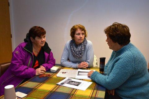 Frå venstre:  May Britt B. Bendiksen, leiar for Fagforbundet i Kvinnherad, Olaug Heggenes, leiar i Utdanningsforbundet Kvinnherad og Bodil Stoknes, hovudtillitsvalt for barnehagane i Utdanningsforbundet Kvinnherad,  åtvarar mot å ta ned vaksendekninga i barnehagane.