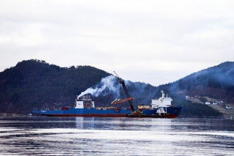 «Tide Carrier» har fått mannskap om bord og maskinane i sving. Førstkomande søndag er det klart for prøvetur.