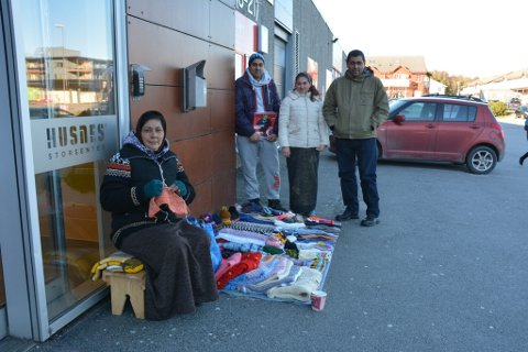 Saman prøver desse fire å skaffa nok pengar til livets opphald for storfamilien i Romania. Fremst i bildet sit Maria med strikketøyet sitt. Bak f.v.: Mandalin, Aura og Leonard.