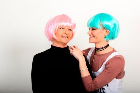 Karin og dottera Mildrid har det gøy med tulleparykkar. Det hjelper godt på humøret. (Foto: Mona Grønningen).