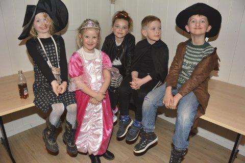 FLOTT GJENG: Denne fine buketten kom like frå Mauranger for å få med seg karnevalet i Uskedalen.  F.v.: Johanne, Ingeborg, Nathalie, Bård og Simon «Lothepus».