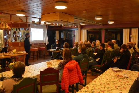 Om lag 40 personar møtte opp til folkemøtet i Sundal.