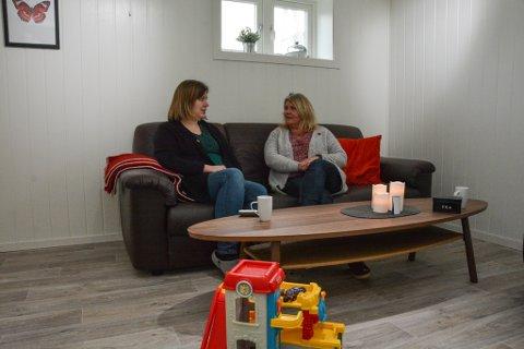 Dagleg leiar Britt Helen Aasbø (t.h.) og barnekoordinator Mari Dale er av dei tilsette som skapar tryggleik for valdsutsette ved Krisesenter Vest IKS.