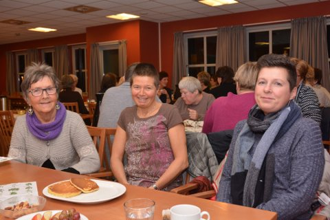 Desse tre Bømlo-damene er glade for det nye tilbodet. F.v.: Ingebjørg Gjerdevik, Halldis Karin Hevrøy og Judit Seim Røksund.
