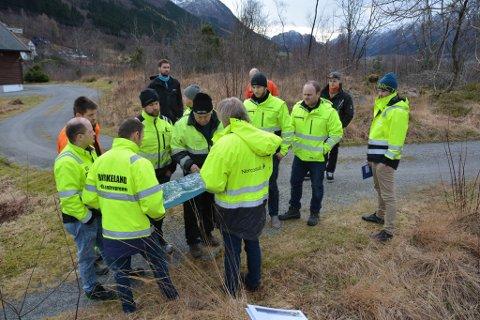Både lokale og utanbygds entreprenørar var til stades for å få orientering om arbeidet med ny veg i Lundsneset under synfaringa måndag. (Foto: Elisabeth Berg Hass).