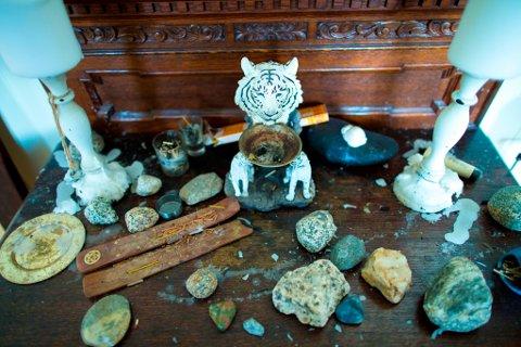 Levande lys, røykelse, små steinar og andre gjenstandar får plassen sin på denne gamle kommoden. Fleire av eigedelane hans er funnen på bruktbutikkar. Han tykkjer ikkje nye ting er like verdifulle, og set stor pris på gjenbruk. (Foto: Jorun Larsen).