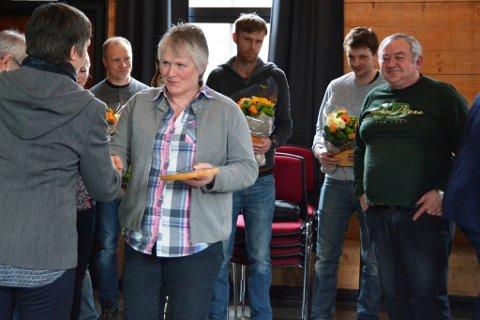 Edith og Arne Johannes Haugland (heilt til høgre) frå Uskedalen var av mjølkebøndene som blei heidra med plakett tysdag.