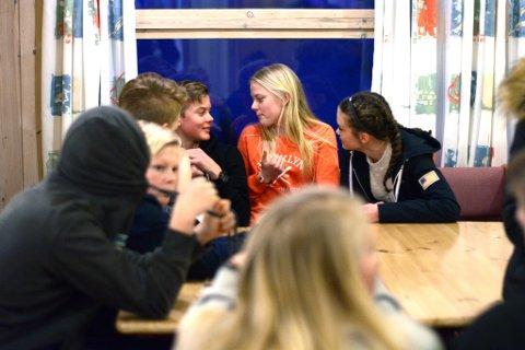 Konfirmasjonsundervisninga er også ein møteplass for ungdommane. I pausen sit latteren laust, og det er god stemning.