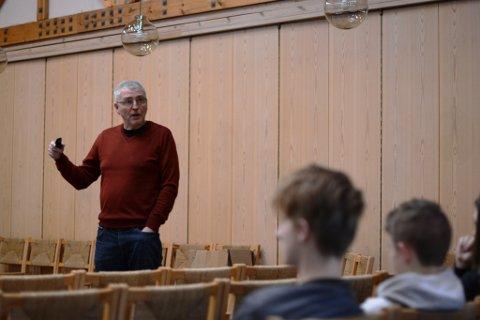 Prest Reidar Ådnanes oppmoda konfirmantane om å gå med bøsser for Kirkens Nødhjelp, og forklarte også verdien av den gode gjerninga.